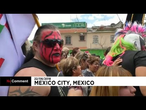 العرب اليوم - شاهد : المصارعون المكسيكيون يحجون إلى كنيسة العذراء كوادالوبي بالأزياء الملونة