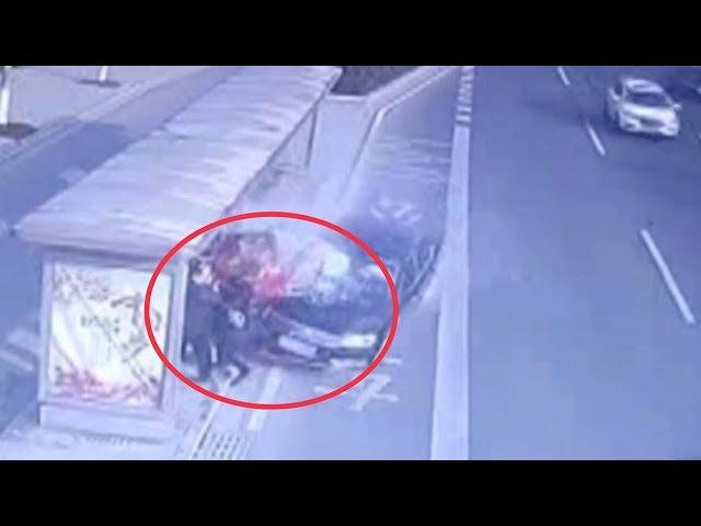 حادث عنيف يتسبب بدهس 3 أشخاص أثناء وقوفهم في موقف انتظار الحافلات
