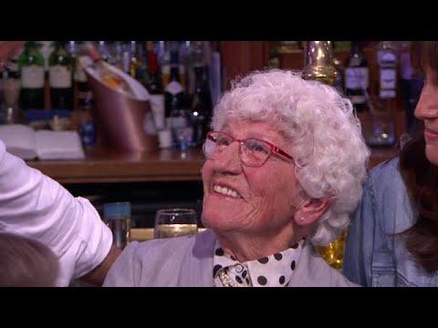 92-jarige oma Rika werkt al 77 jaar voor dezelfde werkgever  - RTL LATE NIGHT/ SUMMER NIGHT