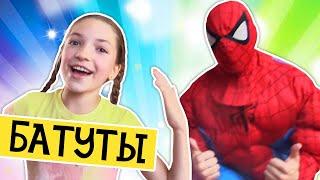 Видео для детей. Человек Паук и лучшая подружка Света: весёлые игры на батутах. Москва для детей.