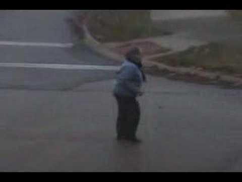 Szalona babcia tańczy na ulicy