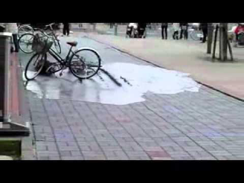 日本大地震土壤液化開始的瞬間,整個移位...