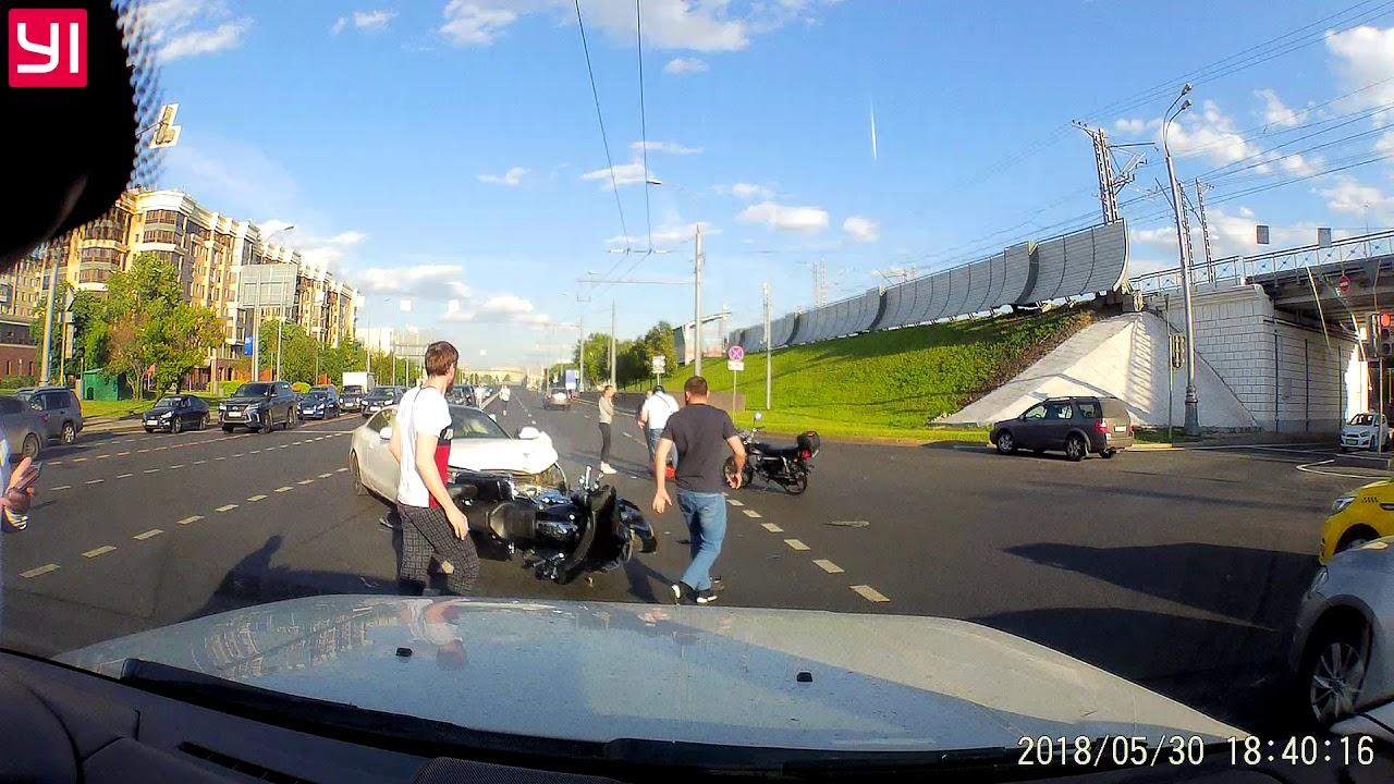 Женщина за рулем белого AUDI сбила байкера на улице Хамовнический Вал