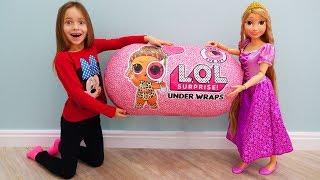 София получила Гигантский Подарок и Новая кукла Рапунцель, Sofia and New Doll Princess Rapunzel