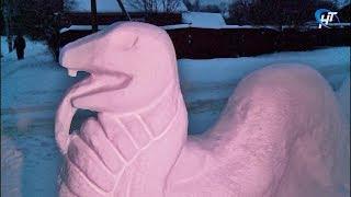 Виктория и Андрей Рябовы из Боровичей создают из снега сказочных персонажей, животных и технику