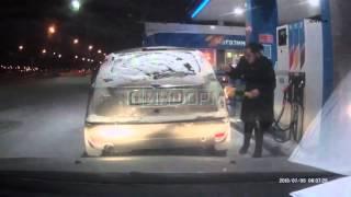 Смотреть онлайн Автоледи подожгла заправочный пистолет, Сургут