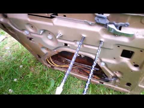 Armbrustpfeile mit Jagdspitzen gegen Pkw-Tür