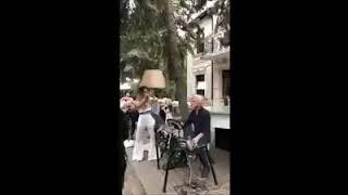 Гери Никол пее Guns and Rosses, акомпанирана от Волен Сидеров на барабаните...