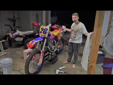Putting dirt bike decals on Nathan's new Yamaha yz125 time laps
