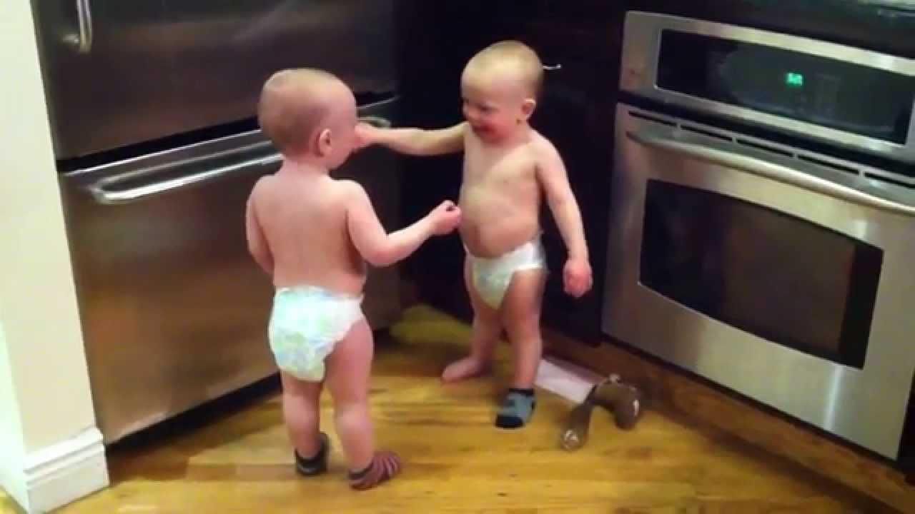 Мама зашла на кухню и увидела разговор своих близняшек. Она тут же включила камеру!
