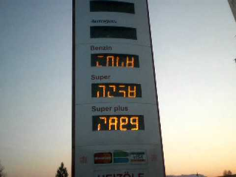 Das Öl gemischt mit dem Benzin