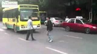 Смотреть онлайн Азиаты устроили драку на ножах прямо посреди дороги