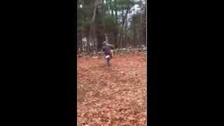 Смотреть онлайн Мужчина сделал качели для мотоцикла
