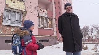 Пленному бойцу ВСУ показали разрушенные дома Донецка.