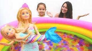 Barbie ve Chelsea denizkızlarına dönüşüyorlar. Peri Chelsea oyuncak açılımı