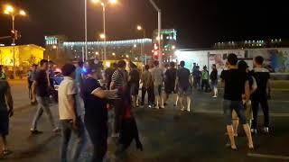 Люди пытаются прорваться сквозь оцепление полиции на Левом берегу в Астане