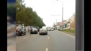 Пензенец заснял ДТП с санитарным авто возле Сбербанка в Арбекове 20.07.17