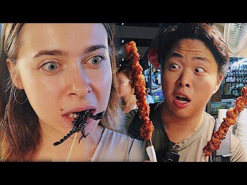 Уличная еда на рынке Таиланда Шашлык из крокодила и жареный скорпион