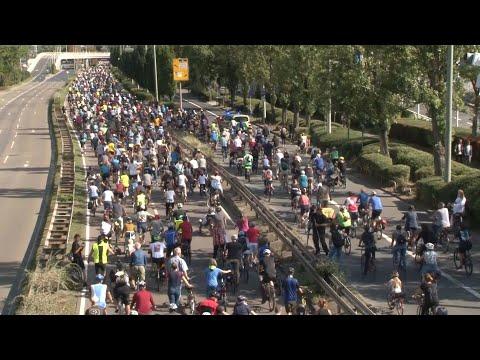 العرب اليوم - شاهد: آلاف الألمان يتظاهرون على دراجات هوائية في