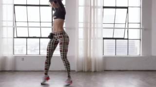 Смотреть онлайн Красивый танец попой от стройной девушки