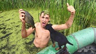 Ловлю рыбу руками в болоте! Рыбалка с лодки в камышах.