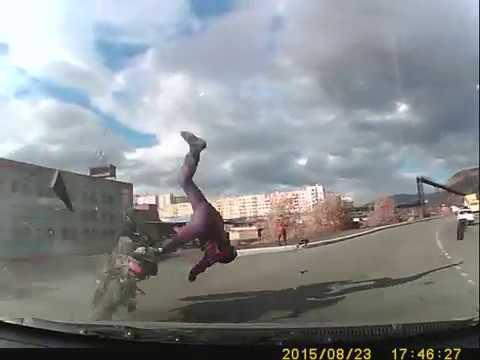 При столкновении с автомобилем, байкер вылетел из седла и упал к ногам девушки