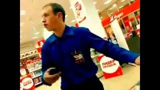 Смотреть онлайн Неадекватный охранник спорит с продавцом о телефонах