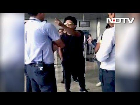 'Will Strip You': Singer Udit Narayan's Son, Aditya, Erupts At Airport (видео)