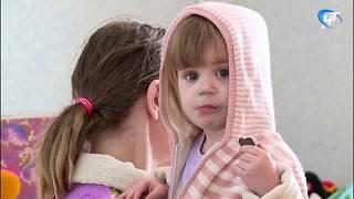 Многодетная семья Смирновых из Сольцов, лишившаяся жилья в пожаре, обустраивается в новой квартире