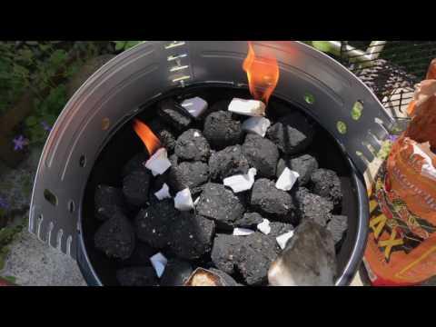 Holzkohlen Grill anzünden mit Anzünde Hilfe und Feuerzeug BBQ Rund Grill befeuern Anleitung