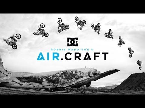 אופנוע עף בין מטוסים - עוצר נשימה!