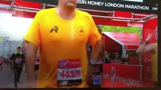 London marathon Big Ben fancy dress gets stuck on finish line 😳🤪