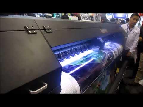 Máquina imprimiendo gigantografia - 2
