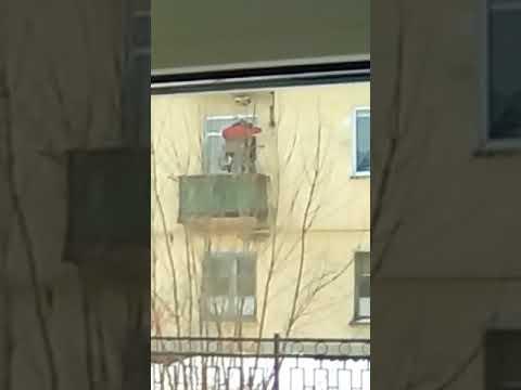 Пензенский инвалид смастерил свой собственный лифт и на нем поднимается на свой балкон