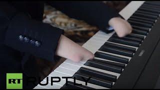Russia:FingerlesspianistshowsoffhisskillsinKazan