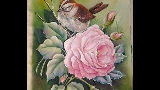 Pintando rosas e pássaros em tecido
