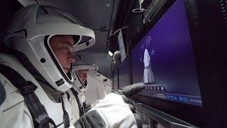 Astronautas testam traje espacial na Crew Dragon