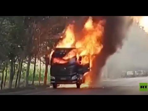 العرب اليوم - شاهد: سائق شاحنة مشتعلة يخاطر بحياته لتفادي وقوع كارثة انفجار