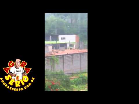 Vídeo - Celular registra o momento que o muro caiu com a enchente de lama em São Lourenço da Serra