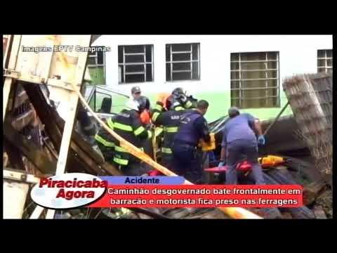 Caminhão desgovernado bate frontalmente em barracão e motorista fica preso nas ferragens