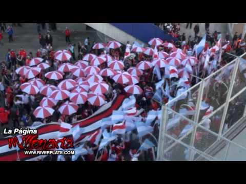 """""""Mirá que distintos somos - Previa en el playón"""" Barra: Los Borrachos del Tablón • Club: River Plate • País: Argentina"""
