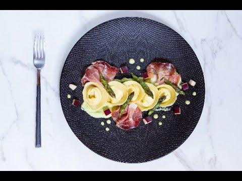 Cappellacci con ricotta, mele, speck e asparagi