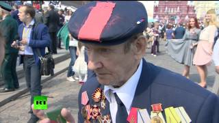 Корреспонденты RT пообщались с ветеранами, пришедшими 9 мая на Красную площадь