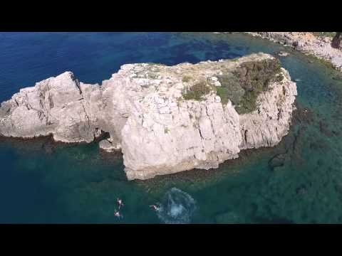 Rock jumping, Illa Mateua, Spain