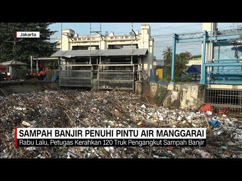 Pintu Air Manggarai Jakarta Dipenuhi Sampah Akibat Banjir Kiriman