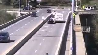 nje vetur e shkel biciklistin edhe ik, por nje bus ja zen rrugen...
