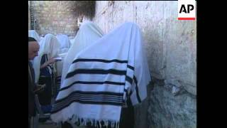 Thousands of Jewish pilgrims arrive at the wailing wall