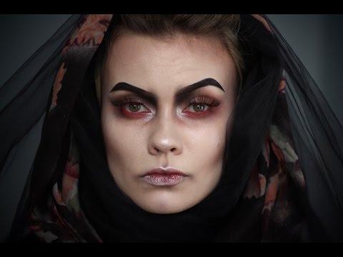 Dans ce cas, nous vous proposons de tester un makeup femme effrayant  inspiré par la période gothique. Il comporte aussi quelques touches du  folklore russe