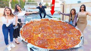 صنعت اكبر بيتزا في العااالم | واتحديت اليوتيوبرز ياكلوها معي !!