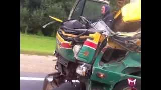 Смотреть онлайн Мужчина за рулем разбитого грузовика без кабины